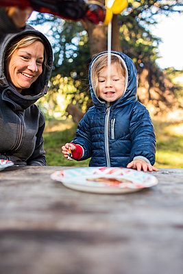 Caucasian mother pouring syrup on pancake for daughter - p555m1521624 by Adam Hester