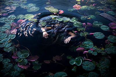 Drowned person - p966m890915 by Tobias Leipnitz