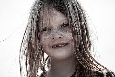 Little girl - p253m912641 by Oscar