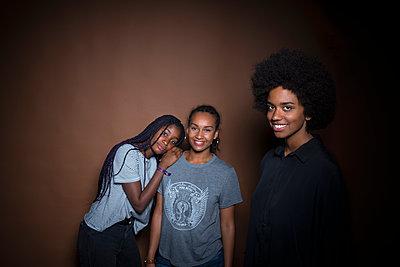 Drei afrikanische Freundinnen - p427m1467302 von R. Mohr