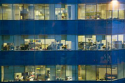 Fassade eines beleuchteten Bürogebäudes - p4903352 von Tobias Thomassetti