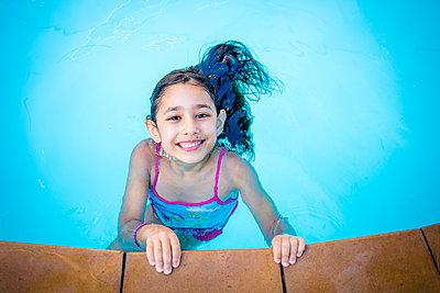Girl in pool - p680m1511580 by Stella Mai