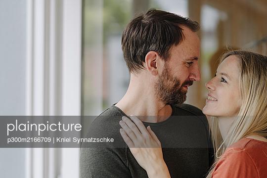 Portrait of romantic couple - p300m2166709 by Kniel Synnatzschke