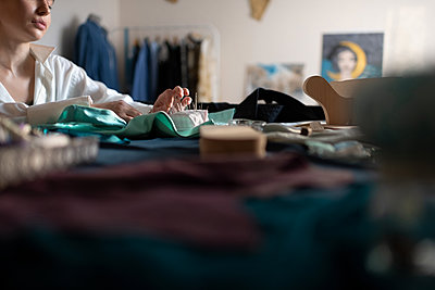 Cropped lady sewing with needles in home office - p1166m2218547 by Cavan Images