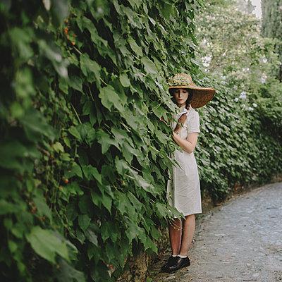 Junge Frau mit Hut - p1414m1477180 von Dasha Pears