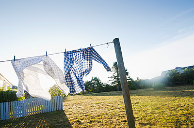 USA, Massachusetts, Cape Cod, Laundry drying on clothesline - p1427m2254876 by Chris Hackett