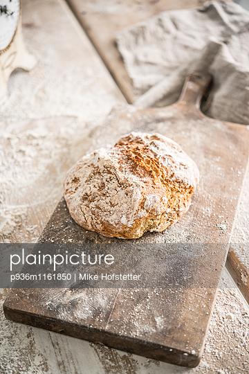Brot auf Holzbrett - p936m1161850 von Mike Hofstetter