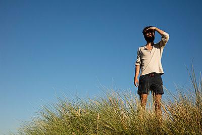 Mann in den Dünen - p1212m1168629 von harry + lidy