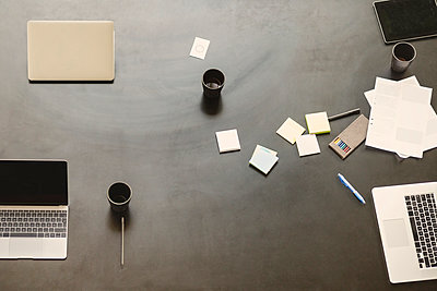 Directly above shot of technologies with coffee mugs and adhesive notes on table - p426m1131199f by Maskot