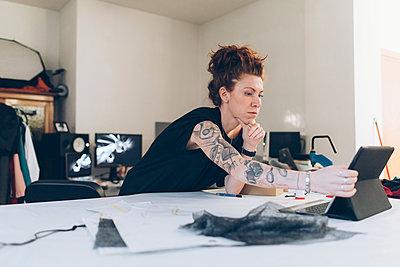 Fashion designer researching using digital tablet - p429m2058364 by Eugenio Marongiu