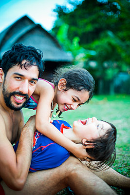 Father playing with children  - p680m1511563 by Stella Mai