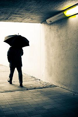 Mann mit Regenschirm - p975m954193 von Hayden Verry