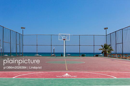 Basketballplatz am Meer - p1386m2026384 von Lindqvist
