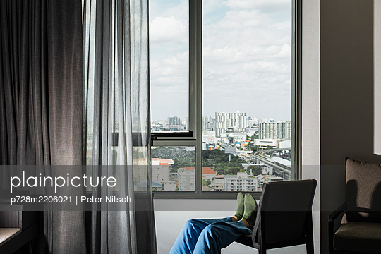 Person in a hotel room in Bangkok - p728m2206021 by Peter Nitsch