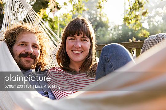 Paar in der Hängematte - p788m2031181 von Lisa Krechting