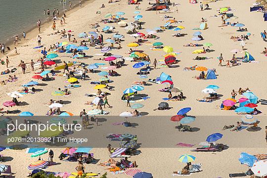 Sonnenschirme am Strand - p076m2013992 von Tim Hoppe