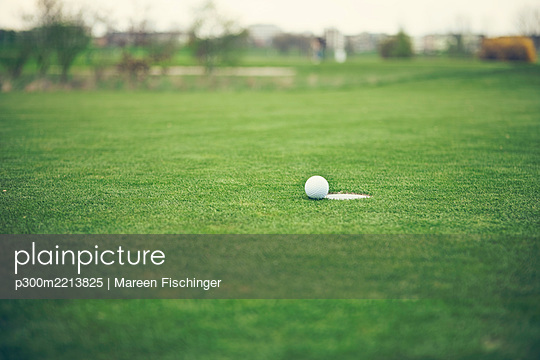 Germany, Duesseldorf, golf ball - p300m2213825 by Mareen Fischinger