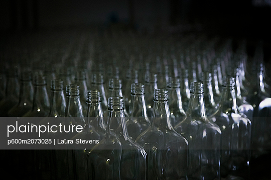 Leere Flaschen in einer Rumdestille - p600m2073028 von Laura Stevens