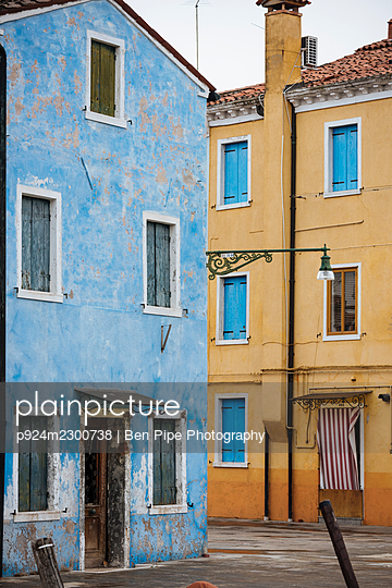 Italy, Veneto, Colorful buildings in Burano - p924m2300738 by Ben Pipe Photography