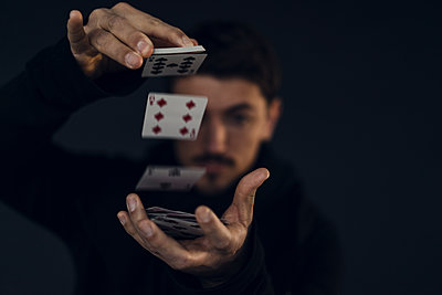 Magician conjuring with playing cards, close-up - p300m1580951 by Kniel Synnatzschke