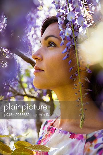 Frühlingspracht bestaunen - p045m2038682 von Jasmin Sander