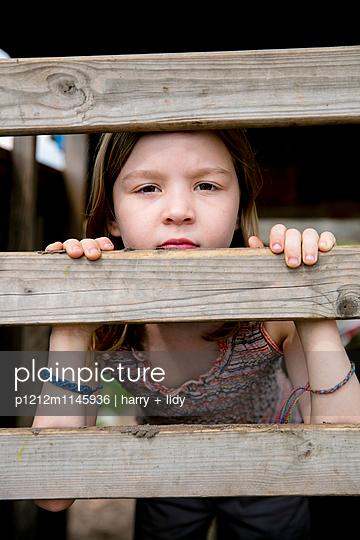 Mädchen in einer Bretterbude - p1212m1145936 von harry + lidy