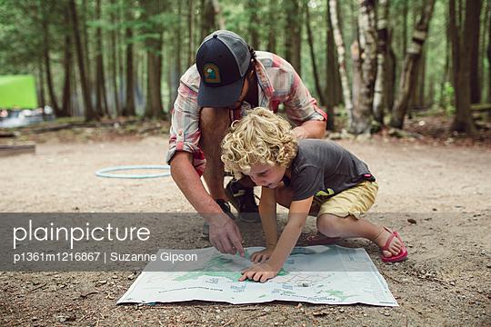 Vater und Sohn planen einen Trip - p1361m1216867 von Suzanne Gipson
