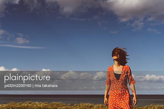 Frau mit wehenden Haaren am Meer - p432m2230160 von mia takahara