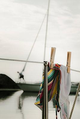 Bikini hängt an einem Seil auf einem Segelboot - p1255m2015619 von Kati Kalkamo