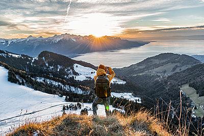 Junger Mann steht auf einem Berg in der Schweiz - p1455m1528730 von Ingmar Wein