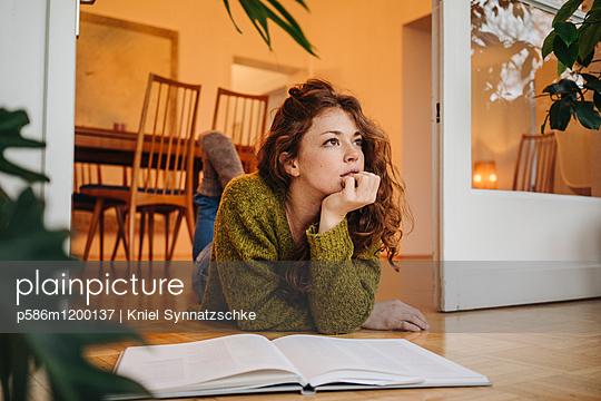 Junge Frau beim Tagträumen - p586m1200137 von Kniel Synnatzschke