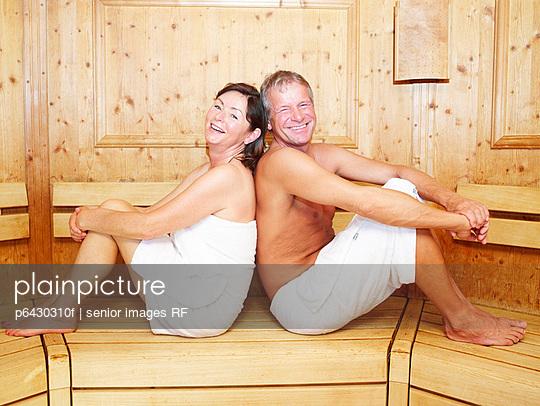 Aelteres Paar entspannt in der Sauna  - p6430310f von senior images RF