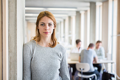 Portrait of female student in library - p1284m1452095 by Ritzmann