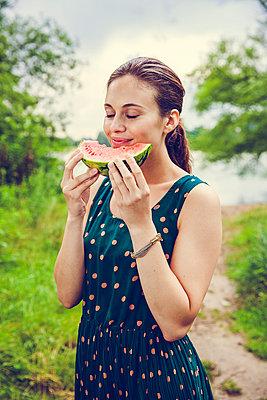 Frau mit Melone - p904m932290 von Stefanie Päffgen