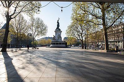 Empty Republic square in Paris - p940m2179776 by Bénédite Topuz