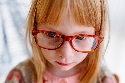 Portrait of strawberry blonde girl with eyeglasses - p1238m1462502 by Amanda Voelker
