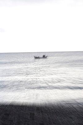 Einsames Fischerboot auf dem Meer - p9793275 von Vogt