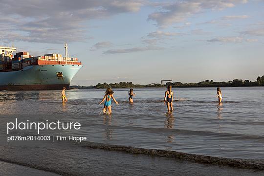 Kinder am Elbstrand mit Containerschiff - p076m2014003 von Tim Hoppe