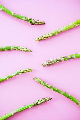 Green asparagus - p1149m2098880 by Yvonne Röder