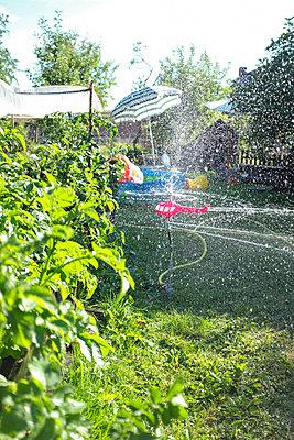 Sommerspaß mit Rasensprenger - p236m1585873 von tranquillium