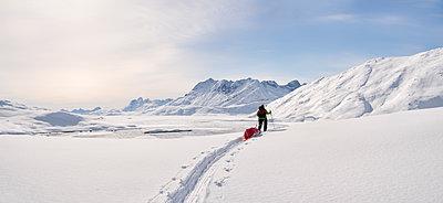 Greenland, Schweizerland Alps, Kulusuk, Tasiilaq, female ski tourer - p300m1587836 von Alun Richardson