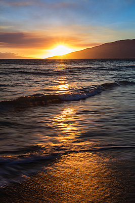 A sunset view with soft water from North Kihei; Maui, Hawaii, United States of America - p442m2039471 by Jenna Szerlag