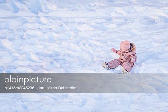 Baby im Schnee - p1418m2245236 von Jan Håkan Dahlström