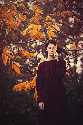 Blasses Mädchen im Herbst - p1432m2148302 von Svetlana Bekyarova