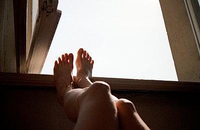 Füße am Fensterbrett - p2120064 von Edith M. Balk