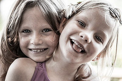 Sisters - p253m1042557 by Oscar