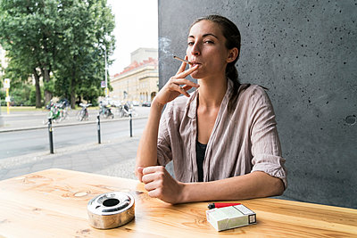 Young woman smoking - p300m1192332 by A. Tamboly