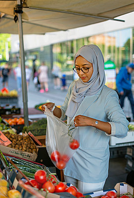 Woman wearing hijab doing shopping - p312m2217093 by Pernille Tofte