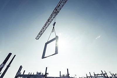 Kran auf einer Baustelle - p354m1133768 von Andreas Süss