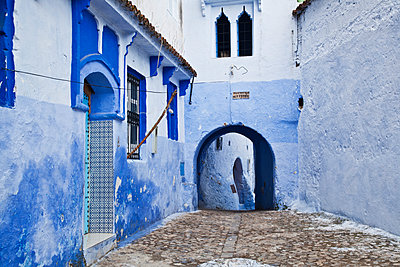 Blue painted buildings in the backstreets of Chefchaouen medina; Chefchaouen, Morocco - p442m1179907 by Alexander Macfarlane